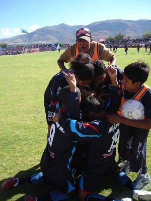El abrazo de todo Sport Huamanga luego del segundo tanto conquistado por Rivas en la valla huanuqueña (Foto: diario Correo de Ayacucho)