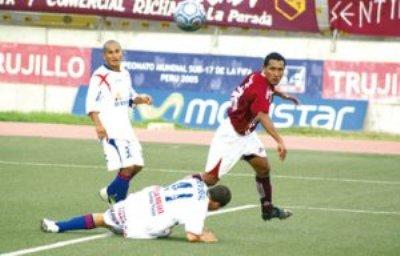 César Flores, ex atacante de Juan Aurich, anotó así uno de sus goles en Trujillo sobre el inofensivo Porvenir (Foto: diario Correo de Trujillo)