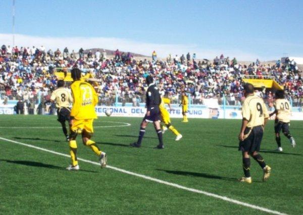 Cobresol se hizo fuerte en el remozado Torres Belón y sacó un punto de oro ante los aurinegros del Policial (Foto: copaperu08.blogspot.com)