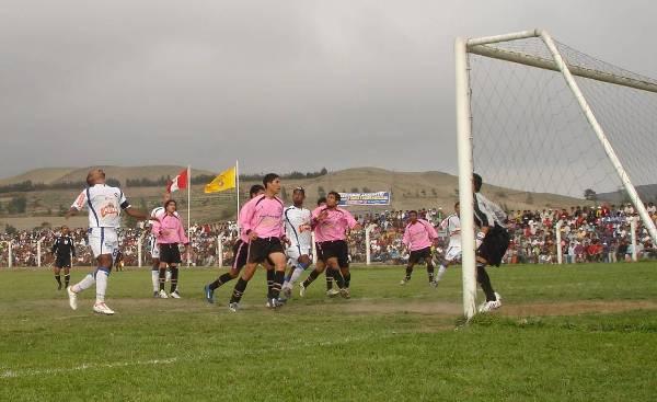 Momentos previos al gol de empate de CNI en el arco del golero Cerna, de Unión Supe. El balón descenderá para que el experimentado Sanguinetti la envíe adentro (Foto: copaperu08.blogspot.com)