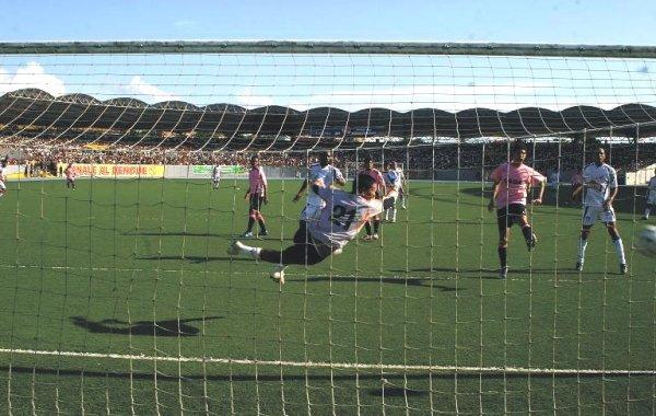 Así puso Castillo el empate para CNI que forzó los penales en los que finalmente los loretanos vencerían al corajudo Unión Supe (Foto: copaperu08.blogspot.com)