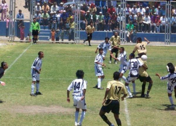 A los dorados de Cobresol les bastó el primer tiempo para marcar diferencias en Estuquiña ante el Policial Santa Rosa (Foto: copaperu08.blogspot.com)