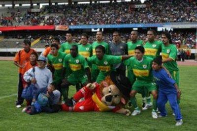 Sport Huancayo dejó su tradicional chompa roja -solo la conservó su mascota- y la cambió por una verde para recibir al Municipal de Acoria (Foto: diario Correo de Huancayo)