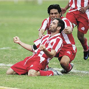 Guillermo Saco Vértiz celebra el segundo gol con el que Chalaco aseguró el triunfo (Foto: diario La Primera)