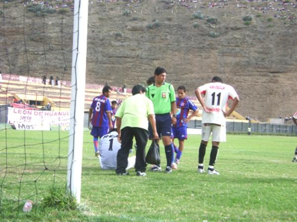 GRAN SACRIFICADO. El golero Raymundo fue importante figura. Acá queda sentido tras una carga crema (Foto: Jesús Suárez Villarreal)
