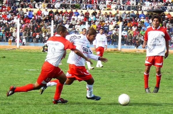 Escena de la victoria por 2-1 de Diablos Rojos sobre Unión Alfonso Ugarte de Tacna en la Copa Perú 2009, en Juliaca. (Foto: diario Los Andes)