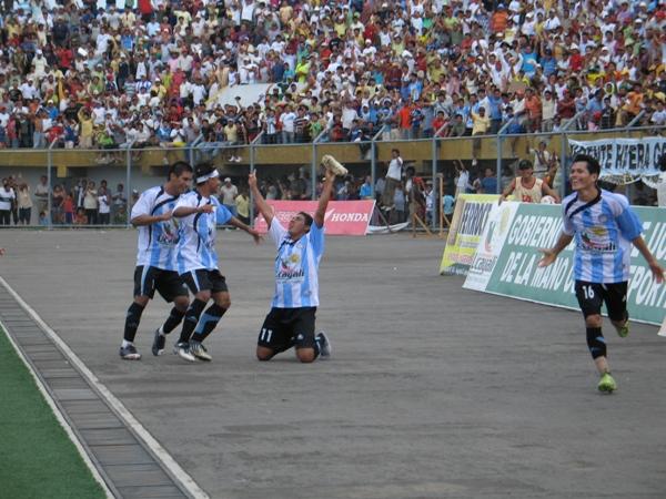CON UNO BASTÓ. 'La Huacha' Monteverde celebra tras su anotación en pórtico del DIM, el único del compromiso de revancha y que, a la postre, les otorgó el pasaje a semifinales (Foto: Juan Castillo Plasencia)