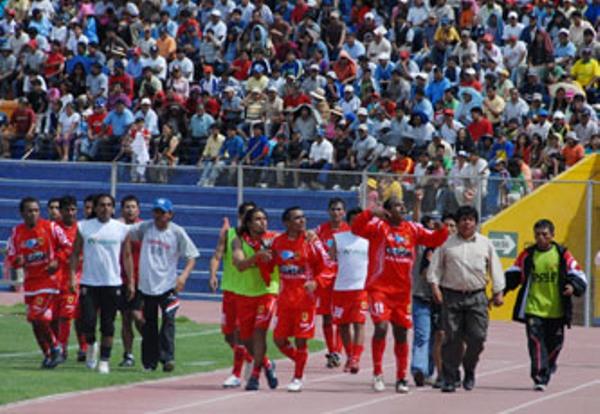 CANDIDATA 2. Dagoberto Goyzueta celebra su espectacular conquista con los aficionados juliaqueños que se transportaron hasta Tacna (Foto: Braulio Aguilar / Radio Uno de Tacna)