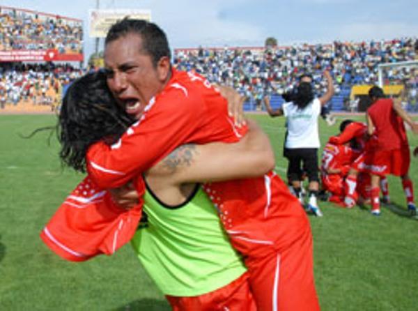 CANDIDATA 4. Todo Juliaca festeja: Diablos Rojos consiguió meterse dentro de los cuatro mejores equipos del torneo (Foto: Braulio Aguilar / Radio Uno de Tacna)