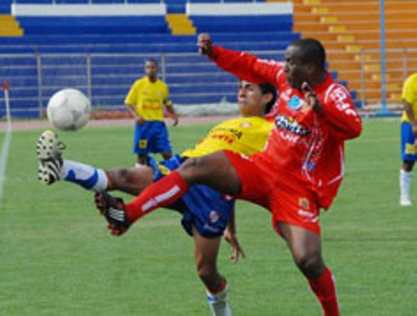 PON LA PATOTA. Miguel Ortega fue uno de los mejores del encuentro y rubricó su actuación con un gran gol. Acá despeja con todo (Foto: cortesía Dimas Chauca)
