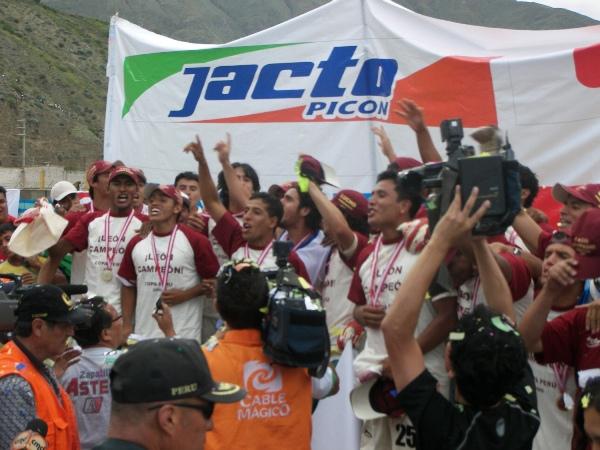 EL GOZO MÁXIMO. El estrado preparado para el festejo quedó chico dada la nube de fotógrafos y periodistas que invadió el campo del Heraclio Tapia (Foto: Abelardo Delgado / DeChalaca.com, enviado especial a Huánuco)