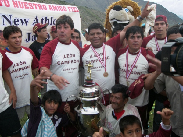 EL MÉRITO DEL 'TORITO'. Araujo festeja el título con la Copa. Fue el que rigió los destinos del equipo la mayor parte del certamen (Foto: Abelardo Delgado / DeChalaca.com, enviado especial a Huánuco)