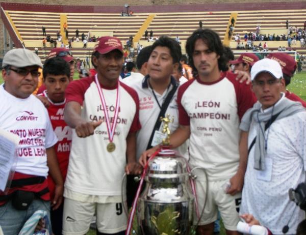 EXPERIENCIA Y JUVENTUD. 'Gullit' Reyes y Juan de La Haza fueron dos de los puntales de la campaña (Foto: Abelardo Delgado / DeChalaca.com, enviado especial a Huánuco)