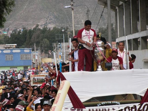 'TORITO' FELIZ. Desde que Oswaldo Araujo arribó para la Etapa Regional, no pudo desprenderse de un sueño que, por fin, se convirtió en realidad: tener la Copa en su poder (Foto: Abelardo Delgado / DeChalaca.com)