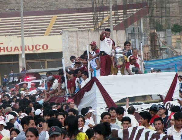 SALIDA TRIUNFAL. Las celebraciones continúan y los integrantes del campeón de la Copa Perú abandonan el Heraclio Tapia con honores (Foto: Abelardo Delgado / DeChalaca.com)
