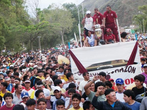 EN OLOR A MULTITUD. Luego, decidieron partir en caravanas para ser vitoreados y reconocidos por distintos puntos de la ciudad. El objetivo ya estaba cumplido (Foto: Abelardo Delgado / DeChalaca.com)