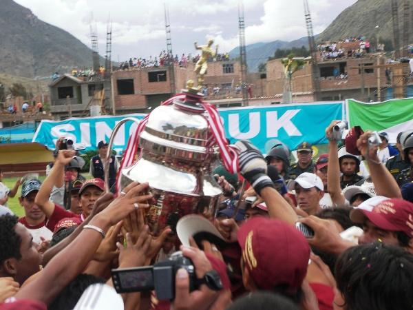 YA ES NUESTRA. Todo el plantel de León se unió a los festejos con el tradicional trofeo (Foto: Abelardo Delgado / DeChalaca.com)