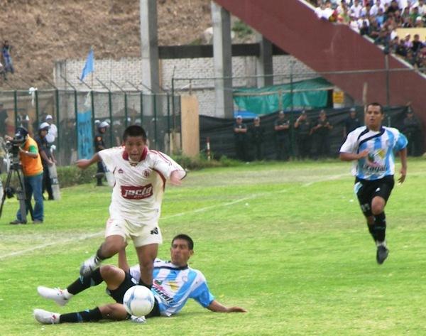 PEQUEÑA FIGURA. El menudo Peña fue el mejor del campo. Aquí supera la marca de Rolando (Foto: Abelardo Delgado / DeChalaca.com, enviado especial a Huánuco)