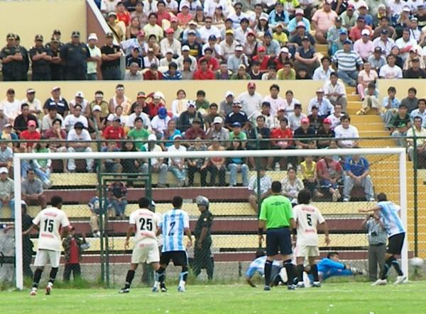 CASI, CASI. Olórtegui se estira y con una palomita casi coloca el gol de 'Tec'. Kanashiro voló y vio pasar el balón al saque de fondo (Foto: Abelardo Delgado / DeChalaca.com, enviado especial a Huánuco)