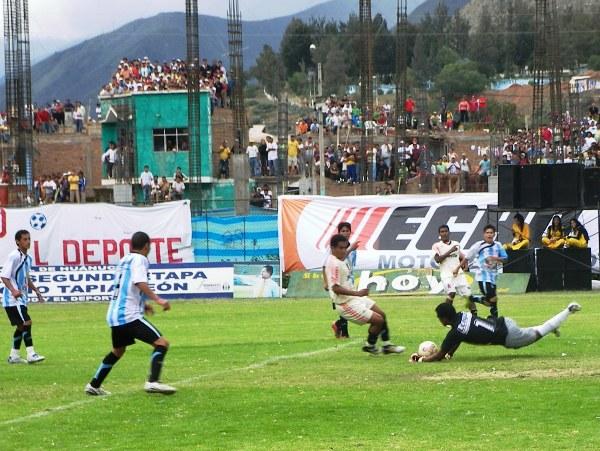 EXIJAN A BENITO. El golero pucallpino también se lució con algunas atajadas al ras (Foto: Abelardo Delgado / DeChalaca.com, enviado especial a Huánuco)