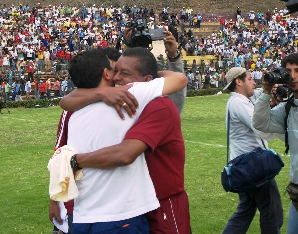 FINAL FELIZ. El abrazo entre Leo Rojas y Johan Fano fue la primera imagen que se capturó tras el silbato final de Percy Rojas. León, luego de 15 años, pegaba la vuelta a Primera División (Foto: Abelardo Delgado / DeChalaca.com)