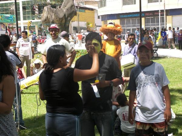 FALTA EL GRANATE. Un hincha huanuqueño recibe el maquillaje de rigor antes de ingresar al estadio (Foto: Abelardo Delgado / DeChalaca.com)