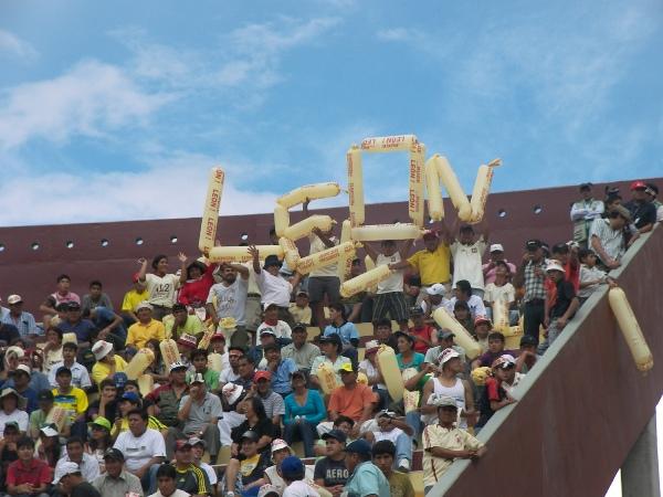 PÁSAME LA... En otro sector del terreno de juego, fanáticos cremas forman el nombre del elenco de sus amores (Foto: Abelardo Delgado / DeChalaca.com)