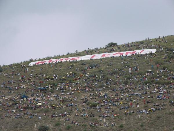 PLÁCIDA VISTA. Como para no perder la costumbre, una muy buena cantidad de espectadores se apostó en el cerro aledaño al estadio y gozó con las incidencias del compromiso (Foto: Abelardo Delgado / DeChalaca.com)