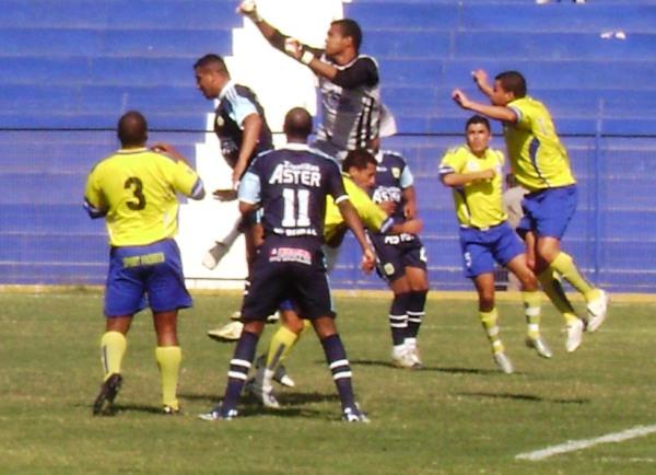 A LA DE DIOS. José Véliz disputa en el aire con el meta Benito Mendoza. Observa con atención Clemente Franco (Foto: Felipe Carlos / Radio Líder Chancay)