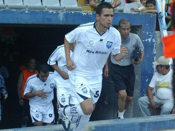 EL PRIMERO EN ENTRAR... Y el primero en convertir. Danny Uribe inauguró el marcador en el Max Augustín y, por un momento, ilusionó a su escuadra con el triunfo (Foto: Javier Medina)