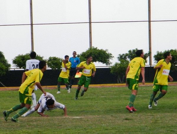 SIN ESCAPE. UNAP casi siempre estuvo en su propio territorio. Le costó una barbaridad generar una opción clara de gol (Foto: Wagner Quiroz / DeChalaca.com)