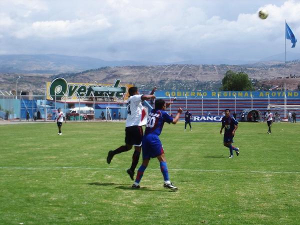 BUENA LABOR. En la escena, Alonso Curotto pelea con Luis Velásquez. El '4' ayacuchano tuvo un desempeño incansable (Foto: Ciro Madueño)