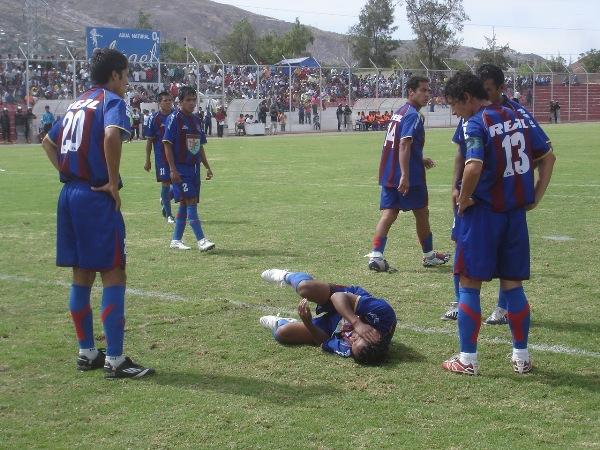OTRO MÁS. Ya se prestaba a las supicacias. Un nuevo jugador azulgrana acusaba una lesión, justo en el momento en que los 'Jirafales' avasallaban con mucha persistencia su portería (Foto: Ciro Madueño)