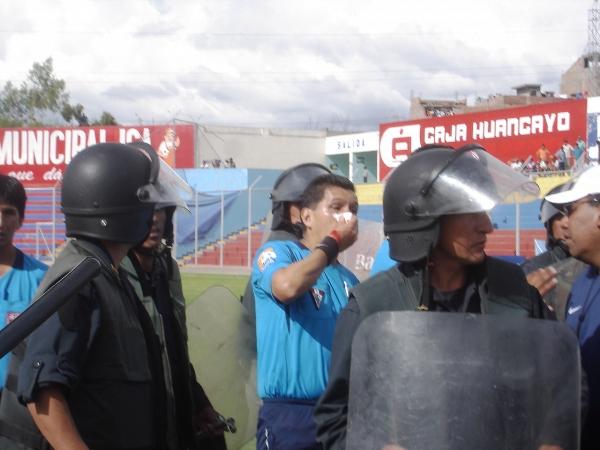 ASÍ NO ES. Final del partido y los aficionados locales despotricaron su furia para con la terna arbitral. Al primer asistente Rubén Quezada le cayó un proyectil en el rostro (Foto: Ciro Madueño)