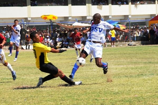 CHOQUE DE 29. El golero local Flores y el atacante trujillano Pacheco compartieron el mismo dorsal. Ganó el visitante (Foto: diario La Industria de Trujillo)