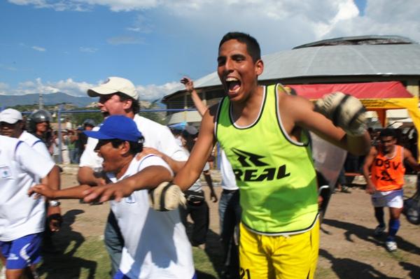 LO HEMOS LOGRADO. El grito desaforado de Pretell, hoy suplente, junto a la alegría del presidente carlista Daniel Salaverry (Foto: diario La Industria de Trujillo)
