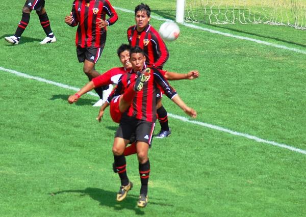 SE LAS INGENIÓ COMO PUDO. Anthony Castillo va sobre la marca de un andahuaylino y despeja el balón con cierta dificultad. El trabajo de la línea defensiva local fue eficaz (Foto: Radio Uno de Tacna)