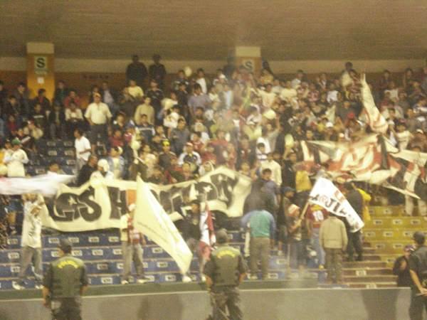 EN CARNE PROPIA. Los aficionados locales se trasladaron al Mansiche con los ánimos al tope, pero al final se fueron desatando su furia por la eliminación  (Foto: Carlos Asmat)