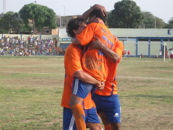 CON ALGO DE FORTUNA. Luis Puicán era felicitado tras haber anotado el 2-0 mediante un tiro libre que se desvió en la barrera pucallpina antes de introducirse en el fondo de las redes (Foto: diario Regional Tumbes 21)