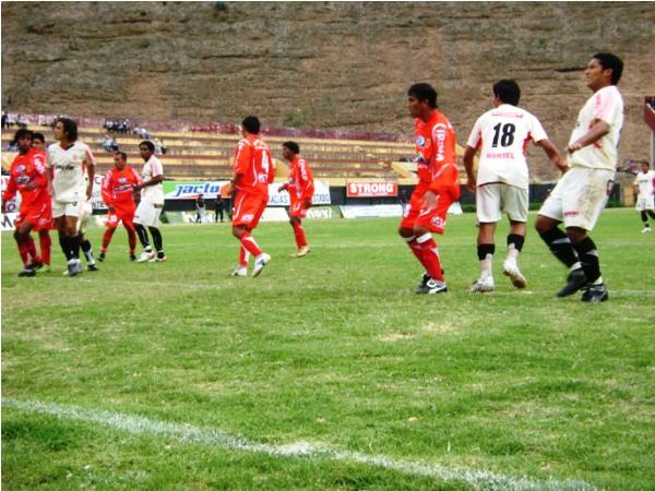 BUSQUEDA INQUEBRANTABLE. Tras el primer gol León lo siguió intentando con un sinúmero de centros hacia el área visitante. Los defensores de Diablos Rojos jugaron al límite (Foto: diario Hoy Regional)