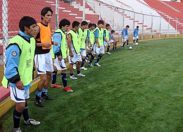 El calentamiento en el Garcilaso de la Vega previo a un encuentro por la Segunda División del Cusco. Desde entonces ya se apreciaba la seriedad del equipo (Foto: prensa Real Garcilaso)
