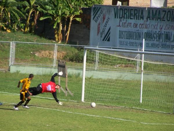 TEMPRANA APERTURA. Con el arco a su merced y una definición suave, Willy Fernández ponía el 1-0 en favor de los dueños de casa (Foto: revista Gol de Oro de Tarapoto)