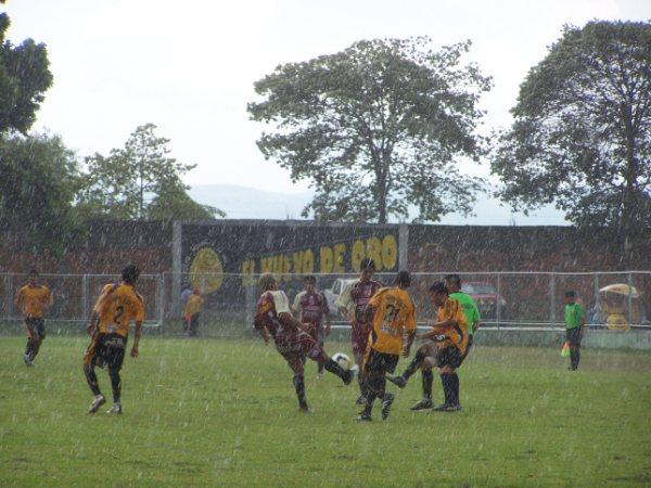 BAJO LA LLUVIA. Tarapotinos y trujillanos tuvieron que soportar la presencia de una torrencial lluvia en pleno partido (Foto: revista Gol de Oro de Tarapoto)