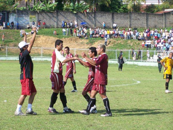 SATISFACCIÓN GRANATE. Al concluir el cotejo, los jugadores trujillanos celebraron el importante triunfo en la 'Ciudad de las Palmeras' (Foto: revista Gol de Oro de Tarapoto)