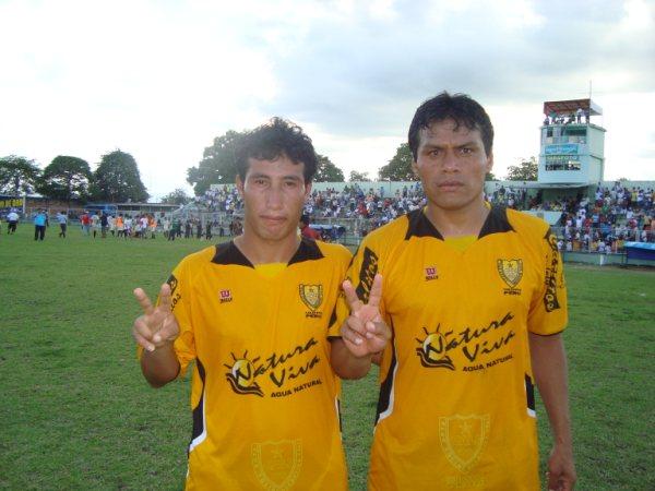 DUPLA GOLEADORA. Jairo Talledo y Paul García fueron los artífices del primer triunfo 'canario' en la Etapa Regional (Foto: revista Gol de Oro de Tarapoto)