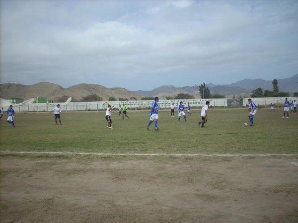 PASAJES ABURRIDOS. Por momentos, huarmeyanos y cajamarquinos practicaban un fútbol intrascendente (Foto: Eduardo Milla / HuarmeyPeru.com)
