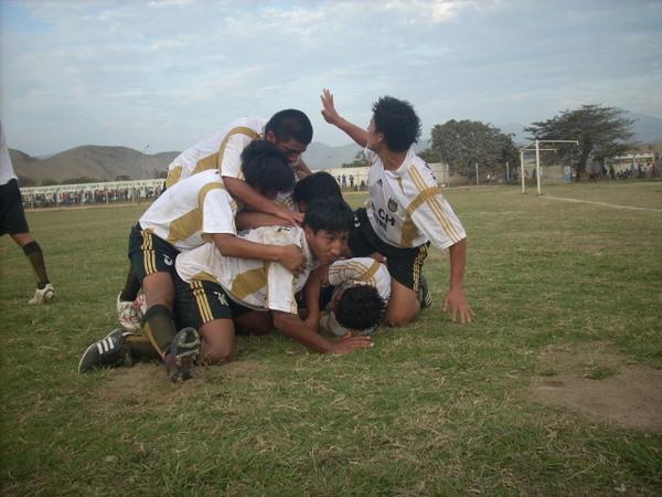 PARA GRITARLO. Los jugadores huarmeyanos celebraban con mucho fervor el tanto de López, que significó su primer triunfo en la Regional (Foto: Christian Milla / HuarmeyPeru.com)