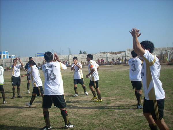 AGRADECIMIENTO SINCERO. Los locales saludaban a los aficionados que asistieron en importante cantidad al recinto huarmeyano (Foto: Christian Milla / HuarmeyPeru.com)