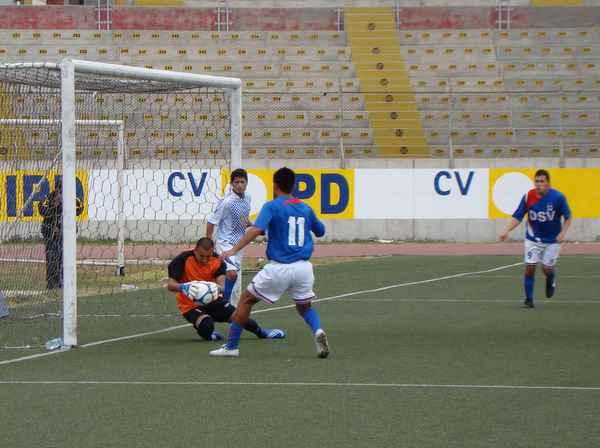 SE MOSTRABA SEGURO. El golero sanluisino, Roger Palomino, atenazaba el esférico ante la presencia de un jugador local (Foto: Carlos Asmat)