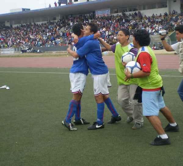NO ERA PARA MENOS. Marco Llave celebraba con sus compañeros el único gol carlista de la tarde (Foto: Carlos Asmat)